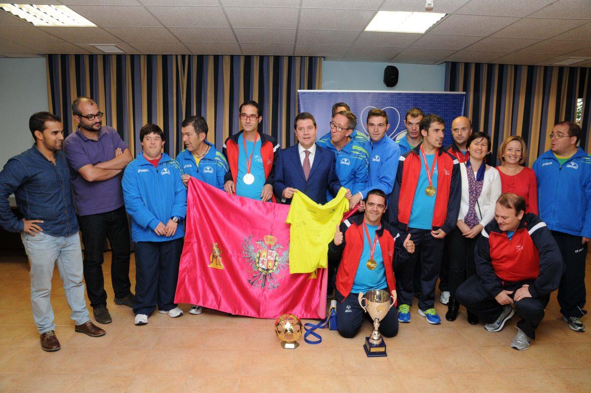 https://www.toledo.es/wp-content/uploads/2014/10/apanas-1200x797.jpg. El alcalde felicita a los miembros del club de fútbol de APANAS que alcanzaron un triunfo europeo