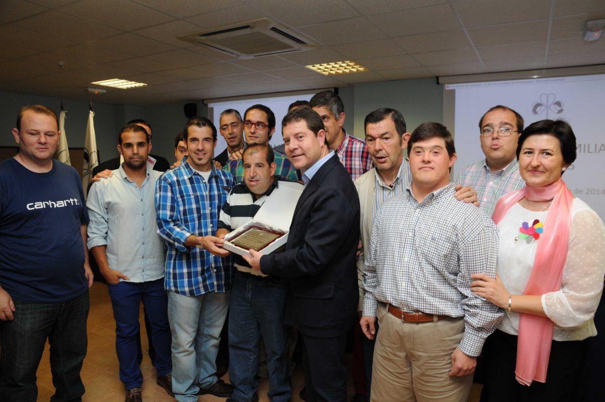 El alcalde anuncia a Apanas que el terreno municipal  anexo a su sede estará preparado para ejecutar su próximo proyecto