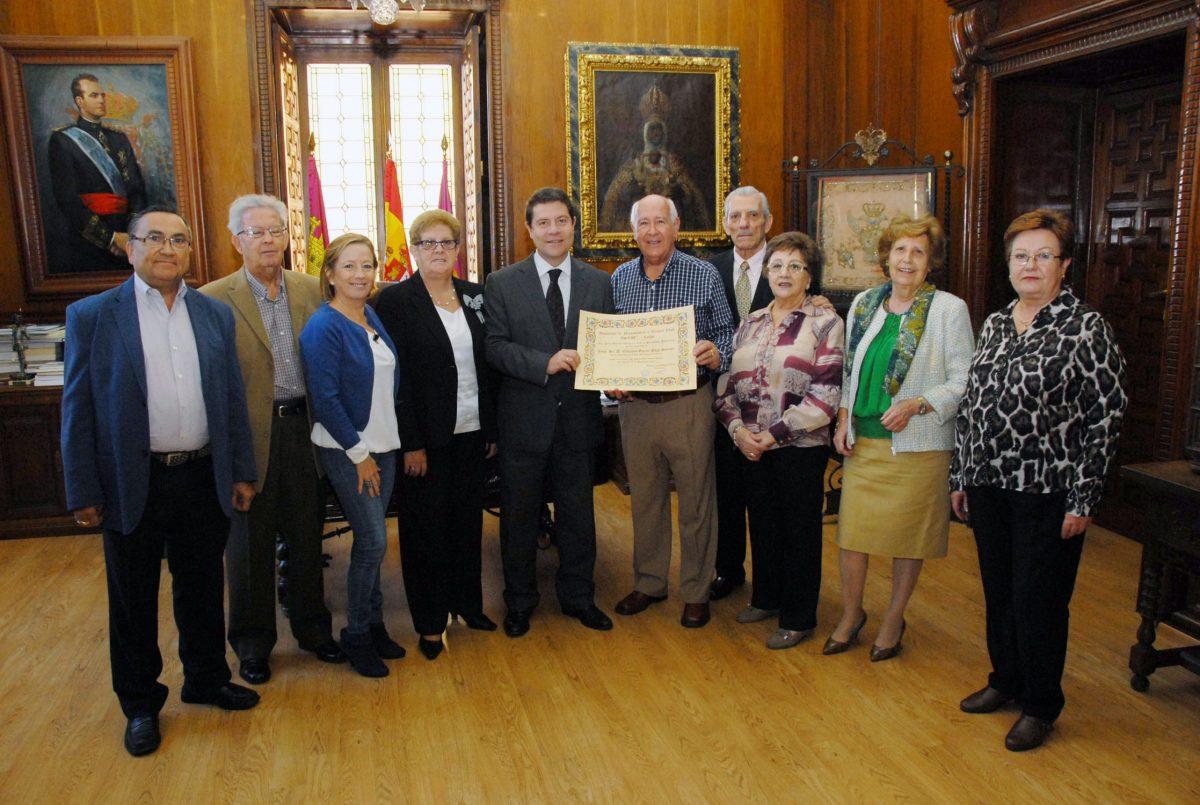 La Asociación de Pensionistas y Tercera Edad de Toledo reconoce la labor del alcalde con el título de socio de honor