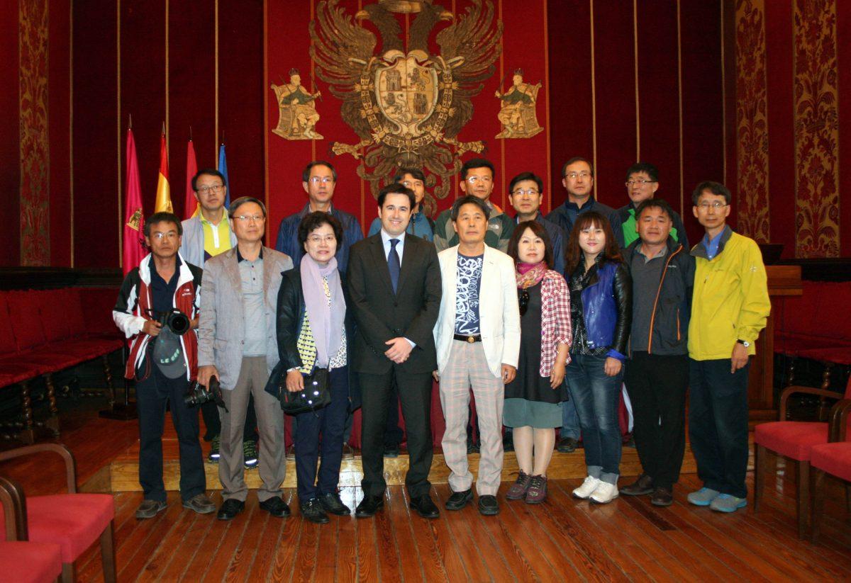 https://www.toledo.es/wp-content/uploads/2014/10/delegacion_coreanos-1200x823.jpg. Una delegación de Corea se interesa por la gestión del patrimonio histórico de Toledo