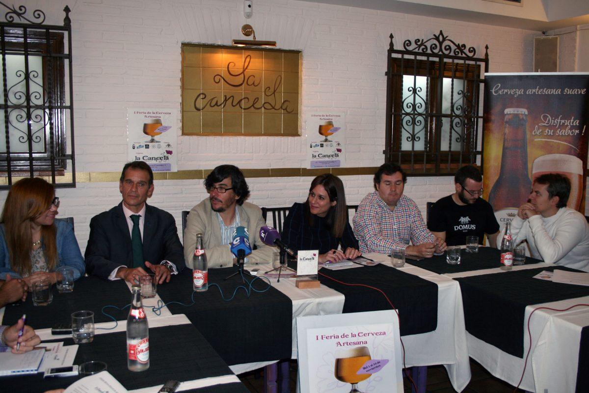 """https://www.toledo.es/wp-content/uploads/2014/10/feria_cerveza-1200x800.jpg. El Ayuntamiento muestra su apoyo a las marcas toledanas en la I Feria de la Cerveza Artesana del restaurante """"La Cancela"""""""