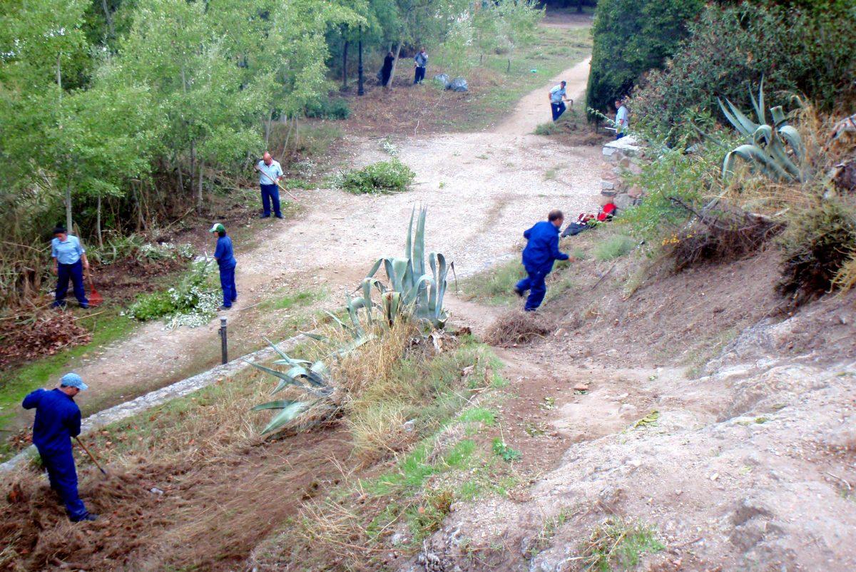 https://www.toledo.es/wp-content/uploads/2014/10/planempleo_3-1200x802.jpg. Trabajadores del Plan de Empleo Municipal realizan tareas de limpieza y acondicionamiento  de la zona del Baño de la Cava