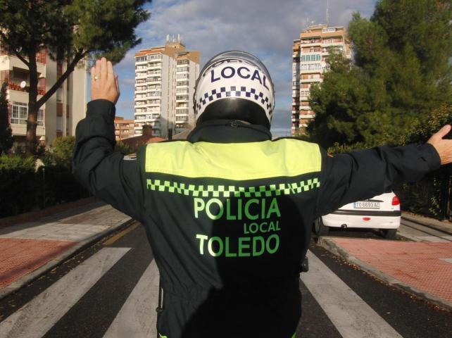 https://www.toledo.es/wp-content/uploads/2014/10/pol_local_toledo.jpg. Corte de tráfico en la Travesía de Descalzos