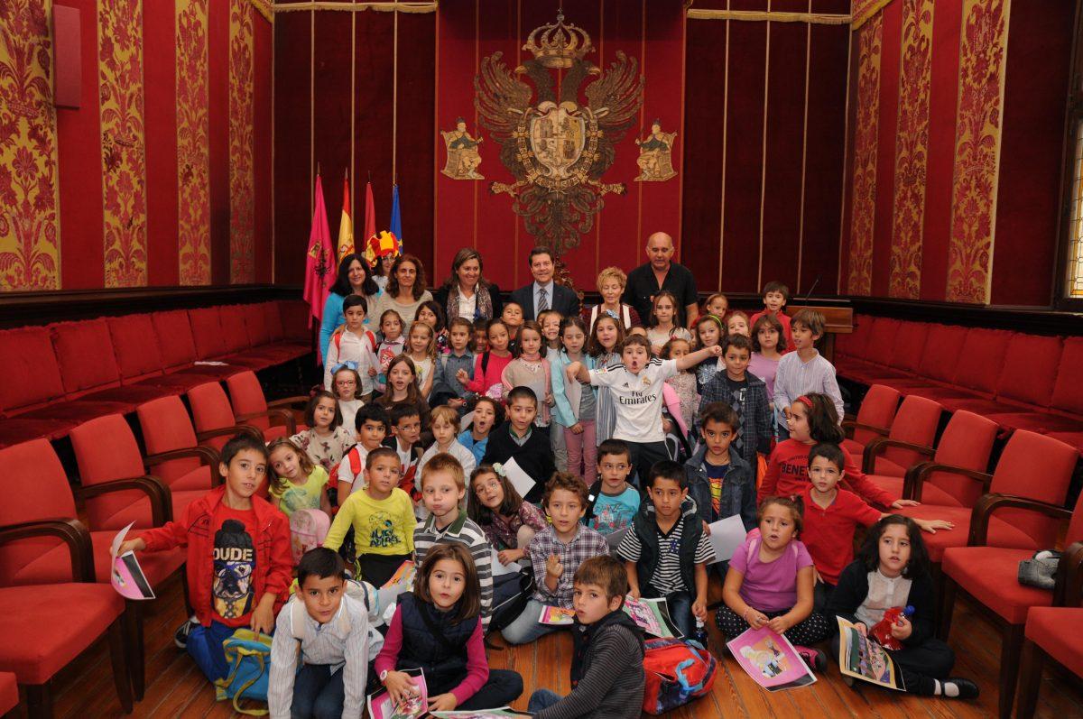 Medio centenar de niños han participado en el Ayuntamiento en  la presentación de un libro de cuentos de García Valero