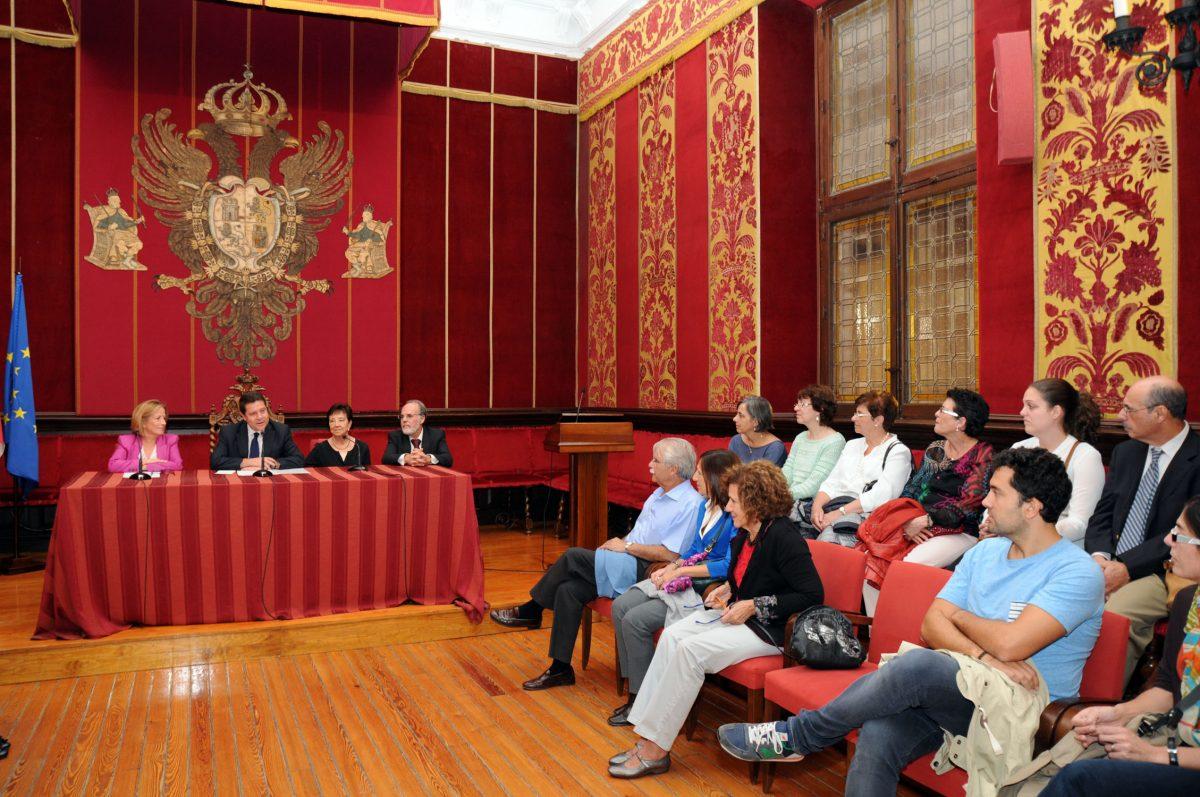 El alcalde recibe a los profesionales socio-sanitarios que estudian en Toledo las malformaciones congénitas