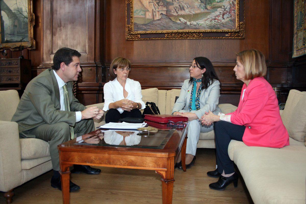 https://www.toledo.es/wp-content/uploads/2014/10/reunion_asoc_parkinson-1200x800.jpg. El alcalde se interesa por las proyectos y las  condiciones de la nueva sede de la Asociación de Parkinson de Toledo