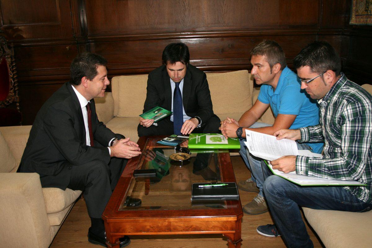 El alcalde recibe a los responsables nacional y regional de la Asociación de Agentes Forestales y Medioambientales
