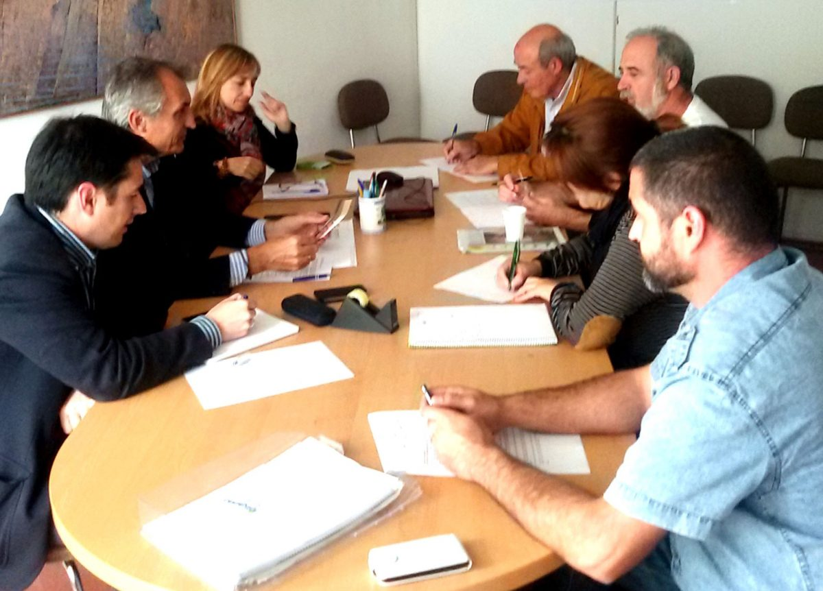 """https://www.toledo.es/wp-content/uploads/2014/10/reunion_tajo-1200x862.jpg. El Gobierno local repasa los proyectos del Polígono con la nueva junta directiva de la Asociación de Vecinos """"El Tajo"""""""