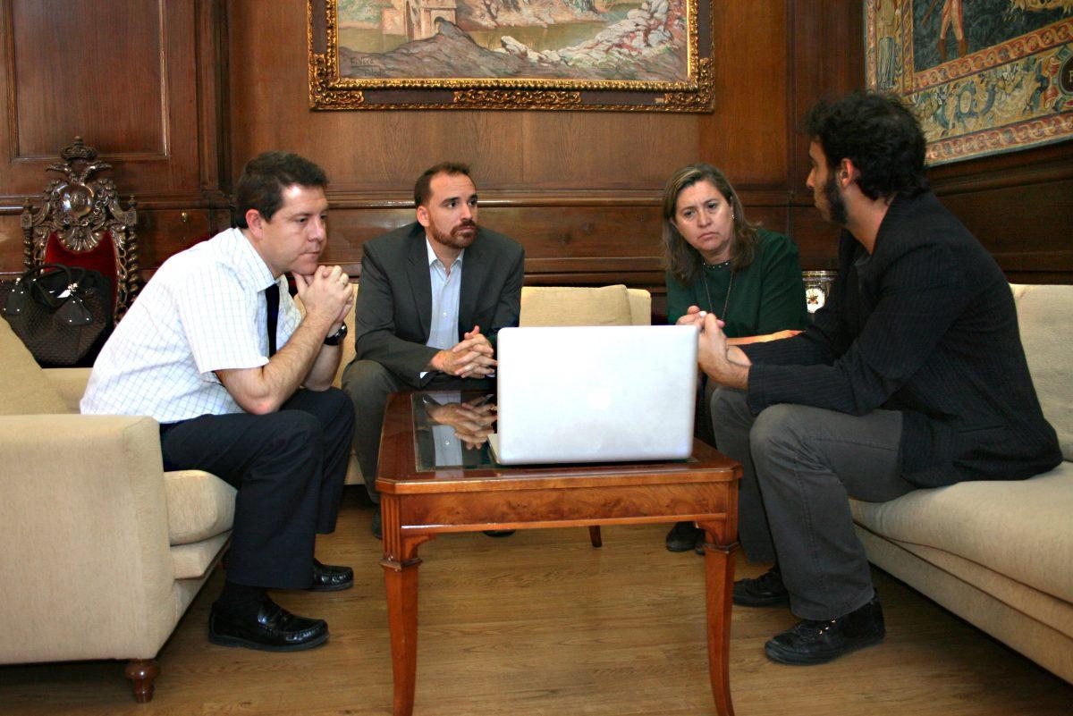 El alcalde de Toledo recibe a los creadores de un proyecto teatral aplicado a los dispositivos móviles