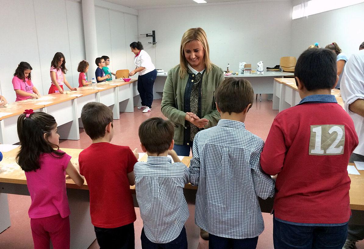 https://www.toledo.es/wp-content/uploads/2014/10/taller_cocina.jpg. Una veintena de niños toledanos participan en el taller de cocina infantil gratuito celebrado en el Polígono