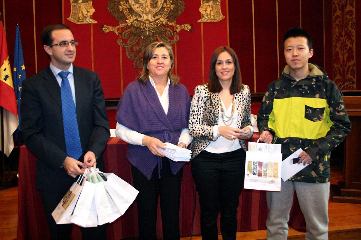 """El Ayuntamiento entrega la """"Tarjeta de Estudiante Internacional"""" a 200 alumnos de la UCLM"""