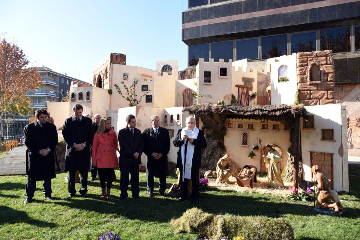 El alcalde de Toledo participa en la inauguración del tradicional belén de Caja Rural Castilla-La Mancha