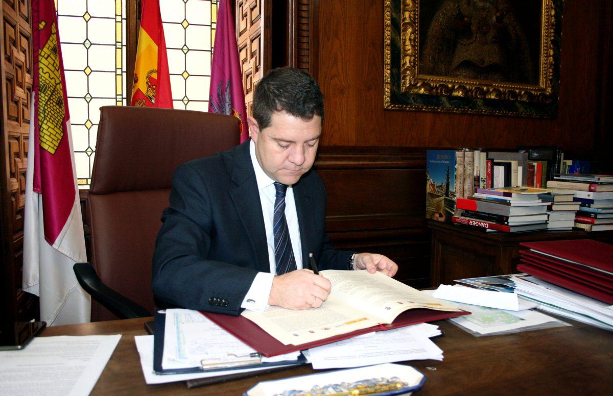El alcalde firma el convenio definitivo para el arreglo del colector del Arroyo del Aserradero