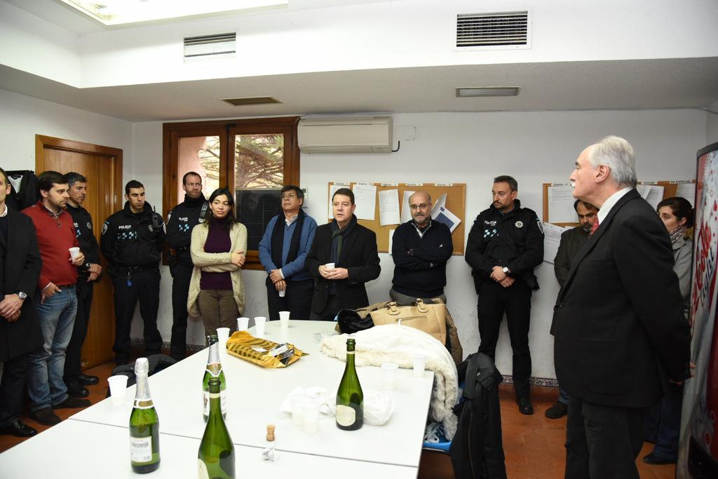 El alcalde felicita la Navidad a los Bomberos  y Policías Locales de la ciudad