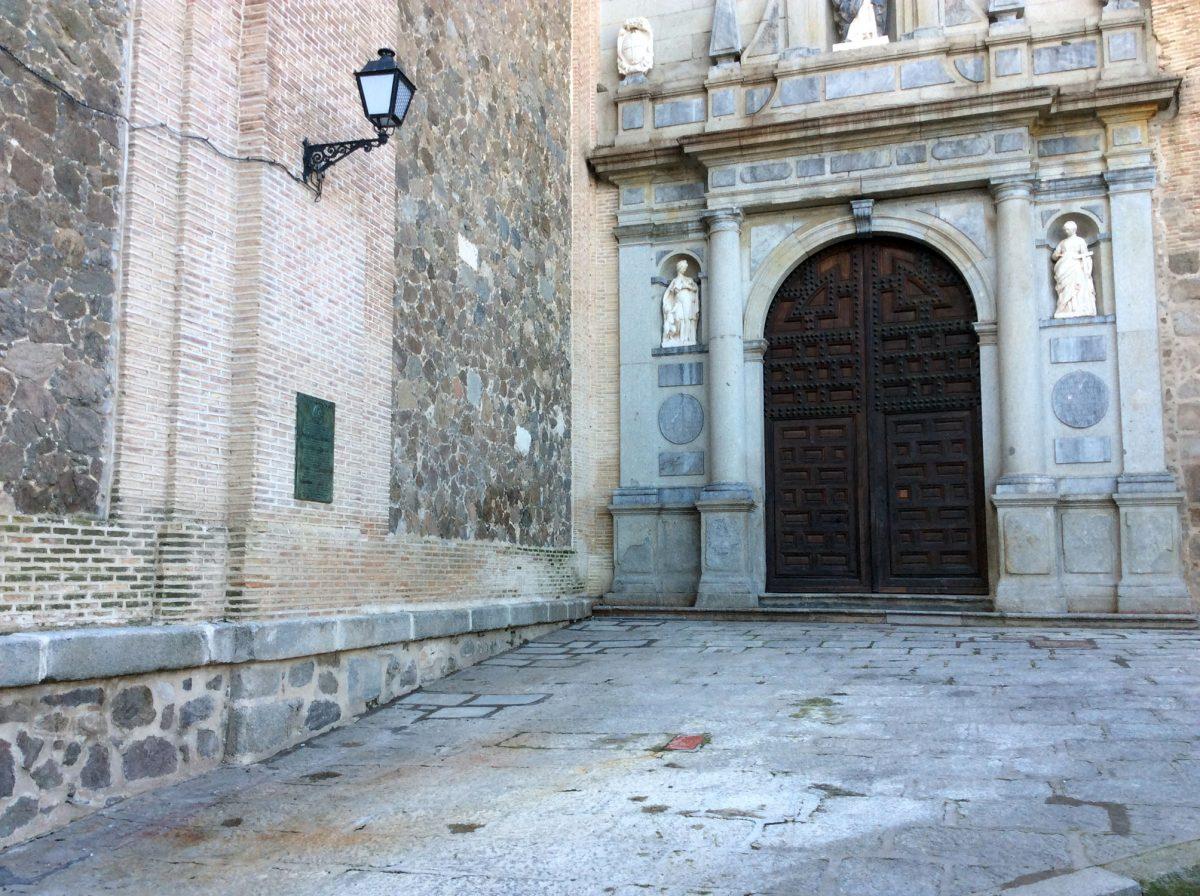 El Ayuntamiento adecenta la entrada de San Pedro Mártir con la eliminación de maleza y el arreglo del pavimento