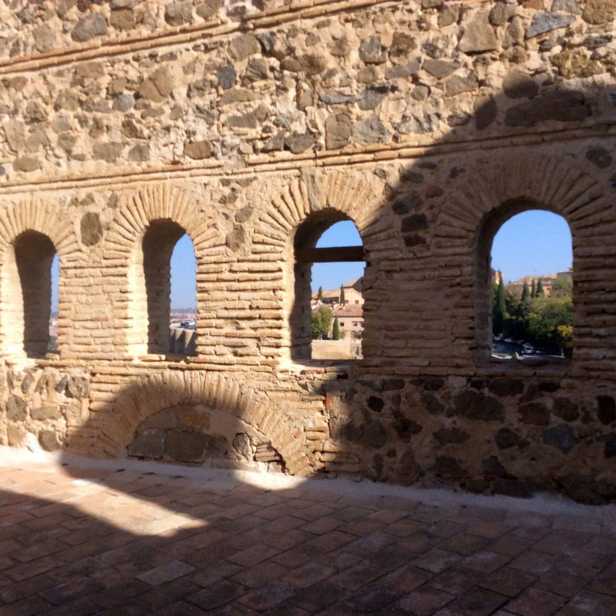 El Programa de Empleo del Ayuntamiento aborda el arreglo de desperfectos en el torreón oeste del puente de San Martín