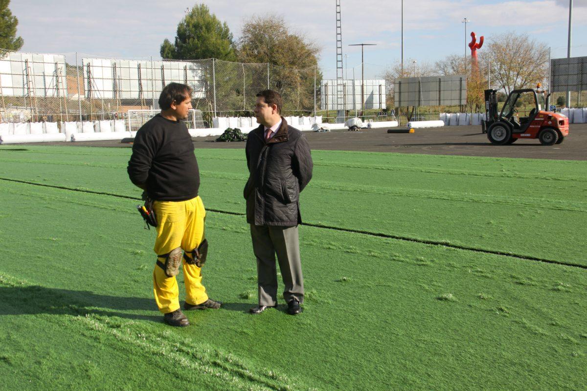 García-Page comprueba el estado de la renovación del campo anexo del Salto del Caballo