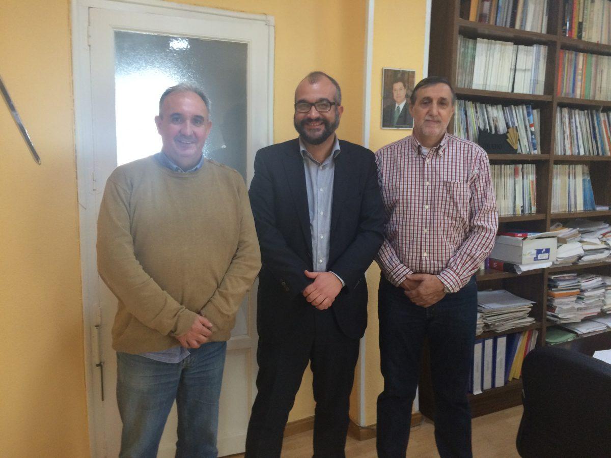 El concejal de Deportes se interesa por la historia del grupo de jugadores aficionados al fútbol 'La Gorrona'