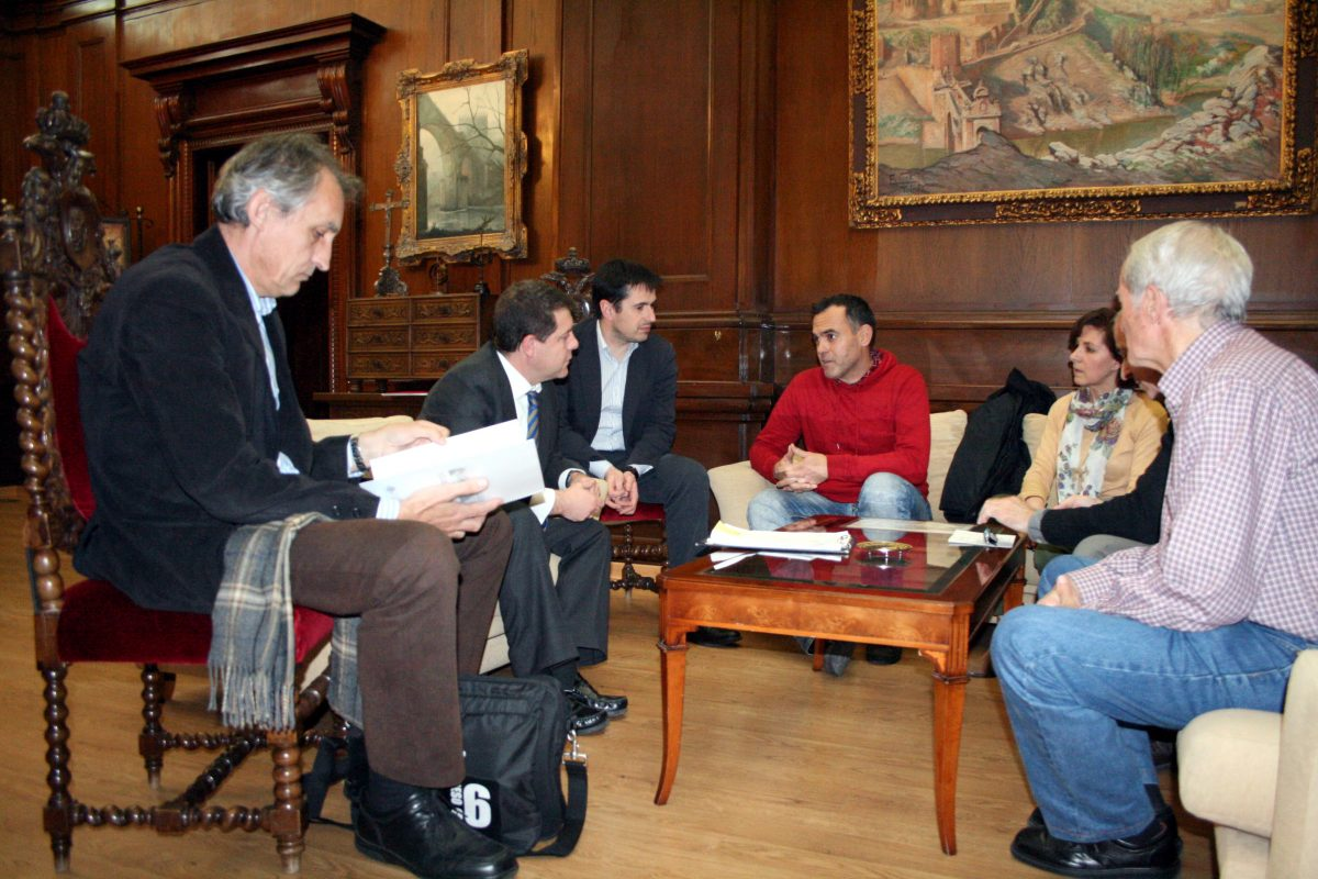 """El alcalde mantiene un encuentro con la nueva junta directiva de la AAVV """"Río Chico"""""""