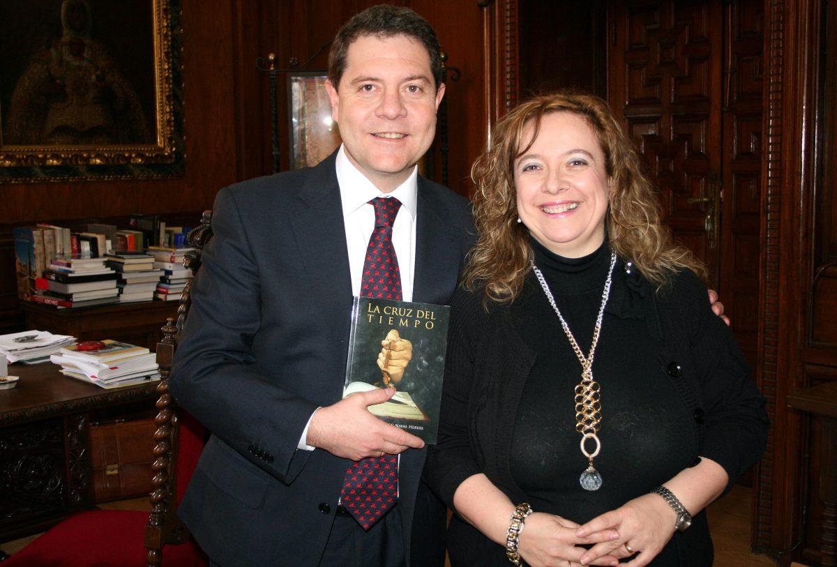 El alcalde se interesa por la obra literaria de la escritora toledana Carmen Navas