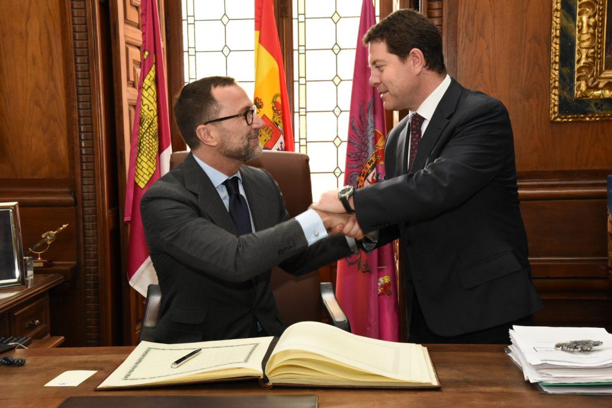 Emiliano García-Page recibe en el Ayuntamiento al embajador de Estados Unidos en España, James Costos