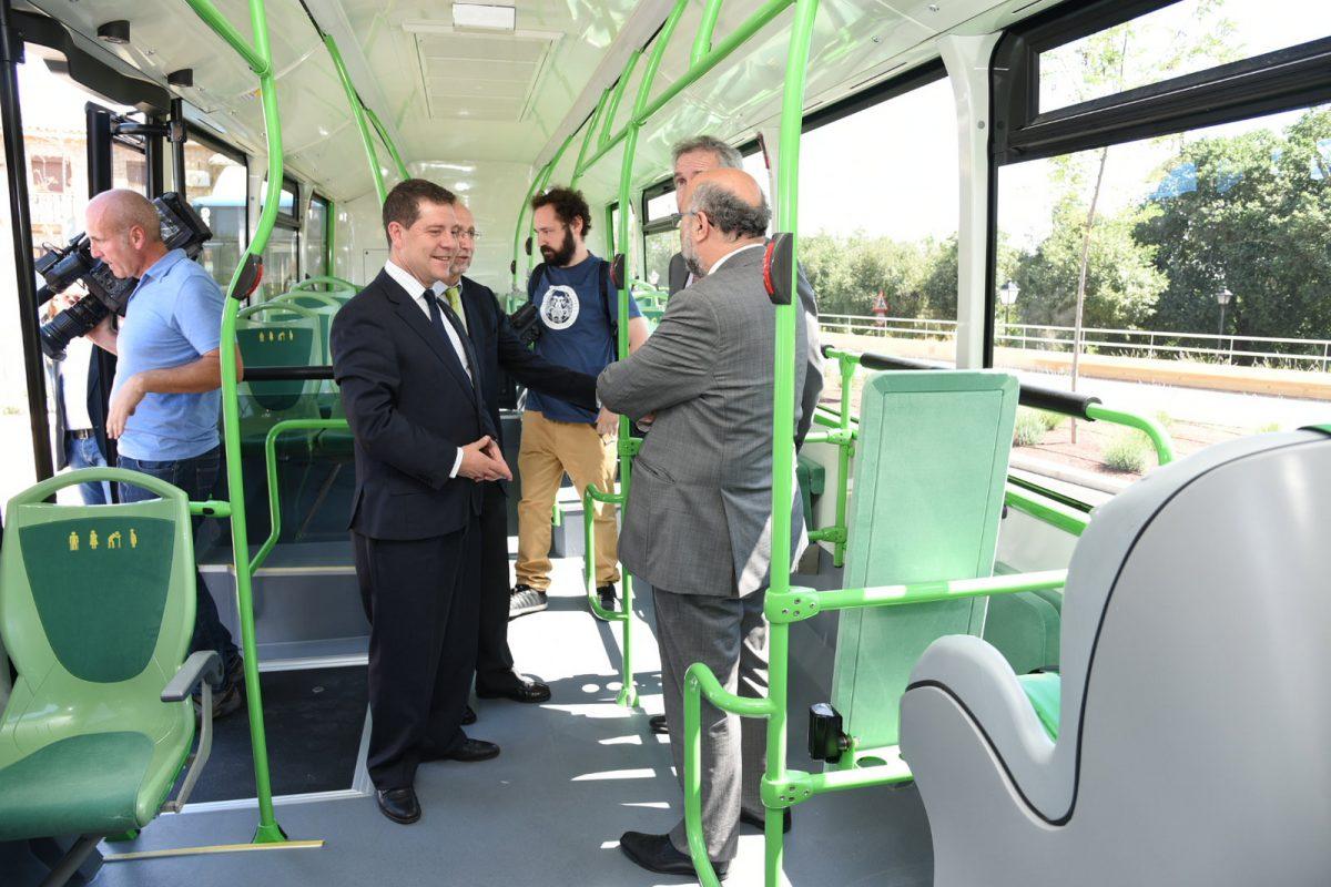 """El alcalde presenta 6 nuevos autobuses para Toledo, incluidos en su estrategia de """"revolucionar los servicios públicos"""""""
