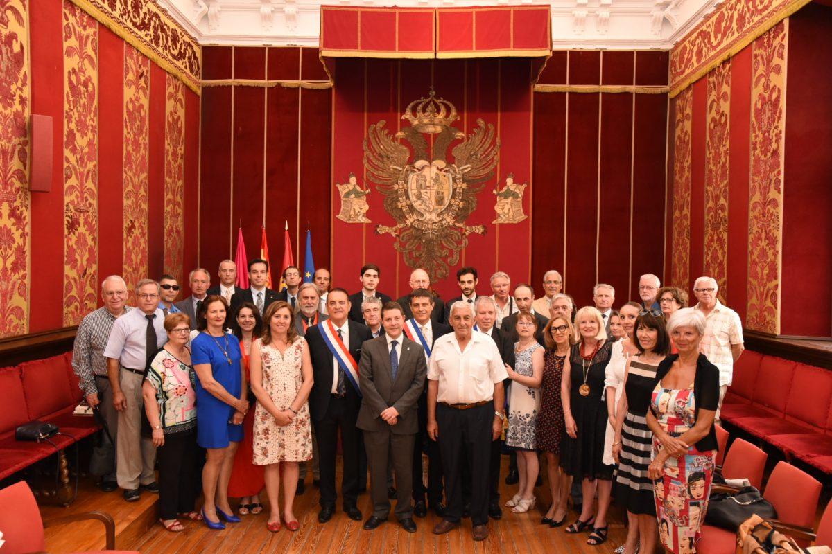 García-Page recibe al grupo musical francés de trompas que abre el desfile procesional de la víspera del Corpus Christi de Toledo