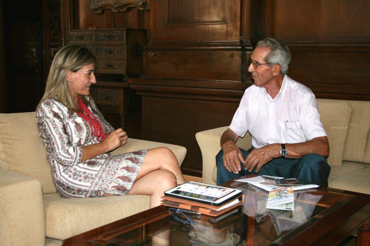 Bahamontes presenta a la alcaldesa la L Vuelta Ciclista a Toledo