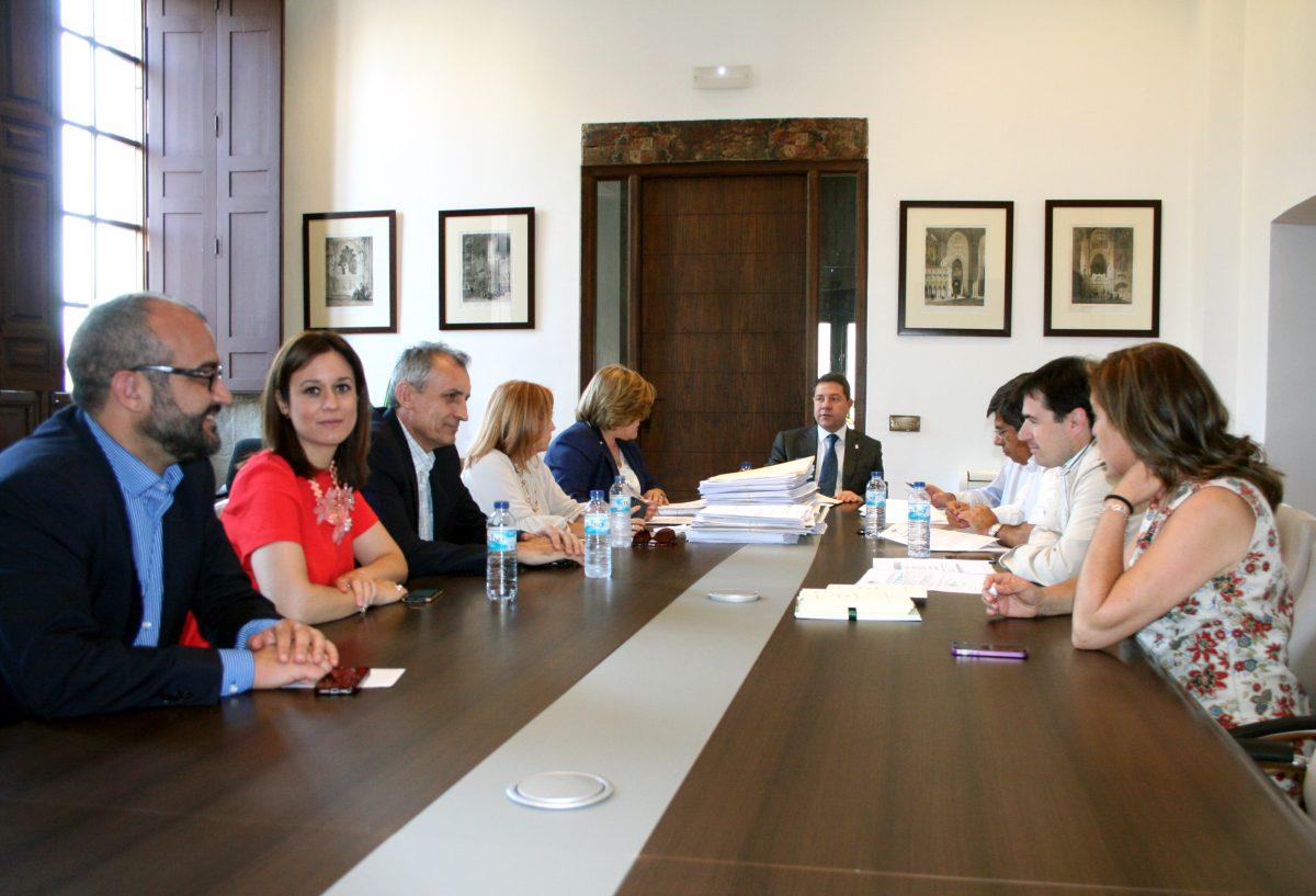 Aprobadas becas para alumnos de la Escuela de Idiomas por 4.600 euros y otros 15.000 para ayudas de alimentos a Cruz Roja