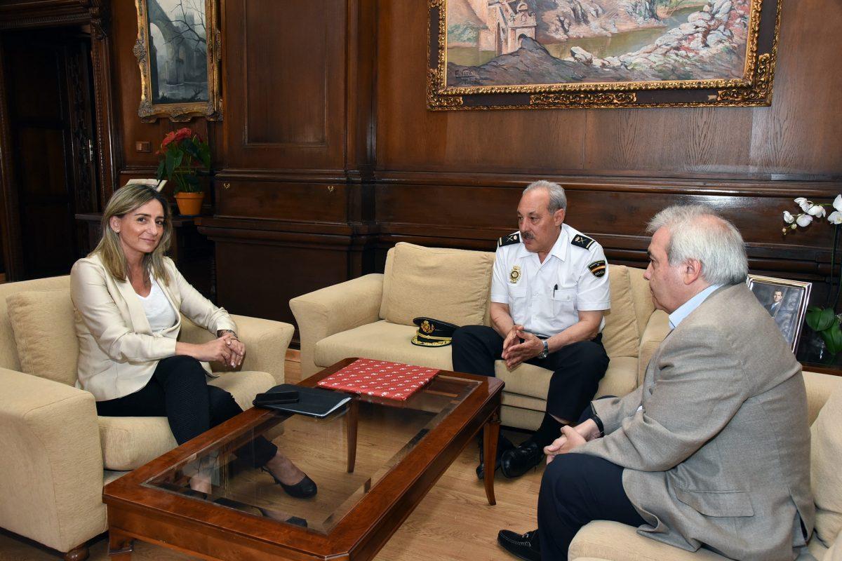 Milagros Tolón traslada al Jefe Superior de Policía de Castilla-La Mancha el apoyo de los toledanos a su institución
