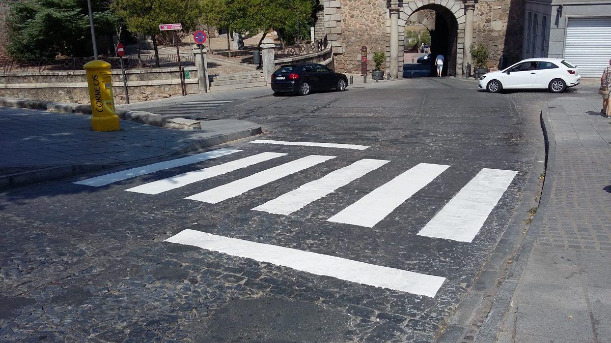 El Ayuntamiento de Toledo repasa la pintura de los pasos de peatones deteriorados que están próximos a entornos escolares