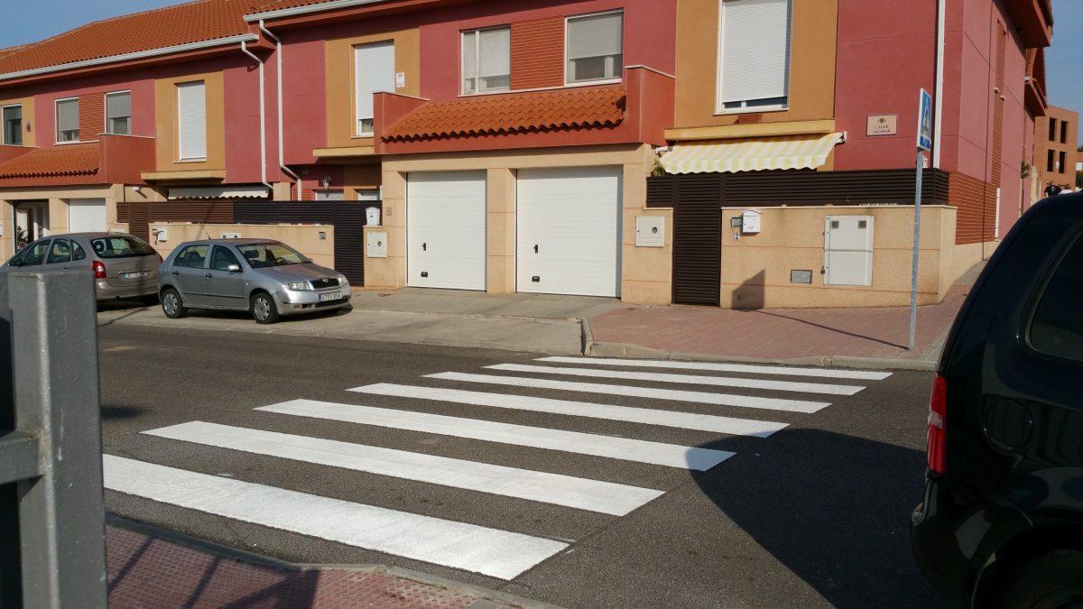 El Ayuntamiento de Toledo repasa la pintura de cerca de 40 pasos peatonales próximos a entornos escolares