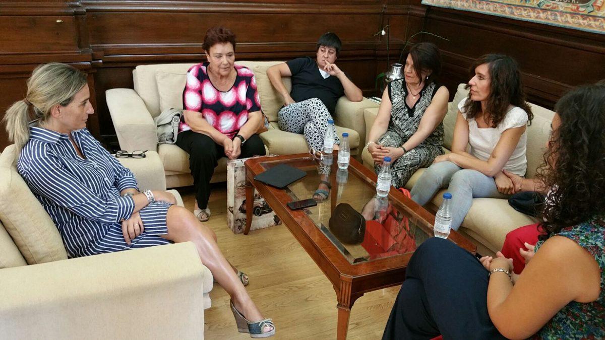 La alcaldesa de Toledo se reúne con la Asociación de Mujeres 'María de Padilla'