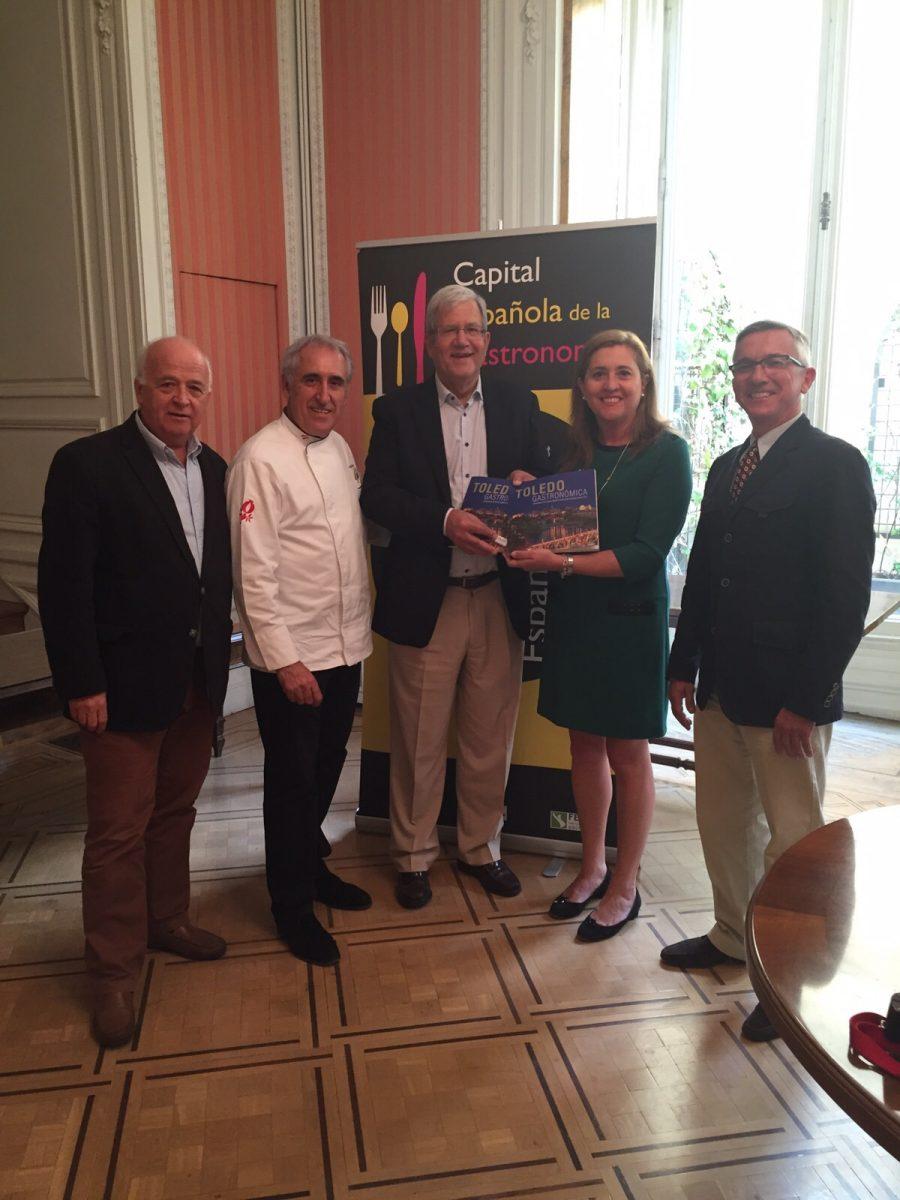 La delegación toledana presenta la documentación para que la ciudad sea Capital Española de la Gastronomía en 2016