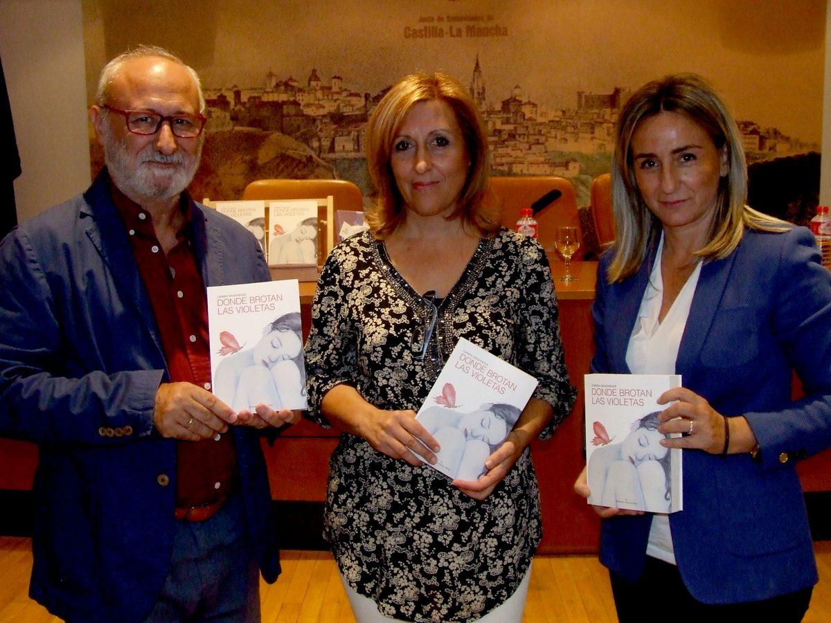 """La alcaldesa presenta en la Biblioteca regional """"Donde brotan las violetas"""", primera novela de Carmen Manzaneque"""