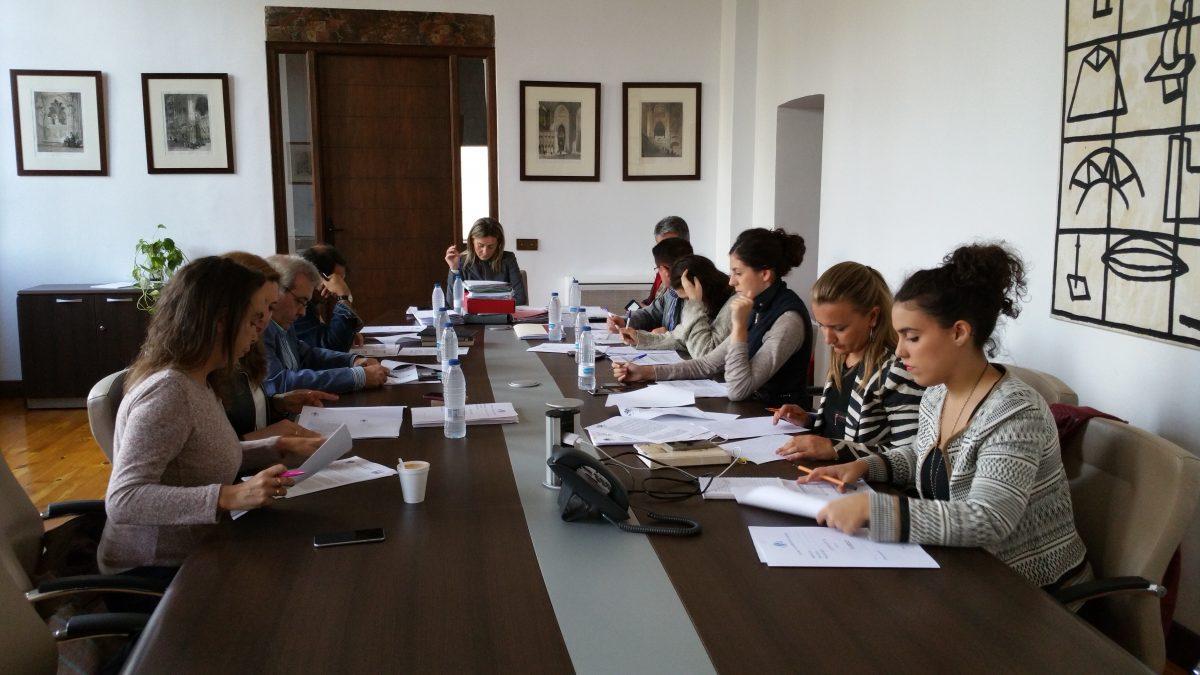https://www.toledo.es/wp-content/uploads/2015/10/20151021_175701-1-1200x675.jpg. Representantes municipales y siete expertos, en la Comisión Gestora del Pacto de Toledo por el Tajo.
