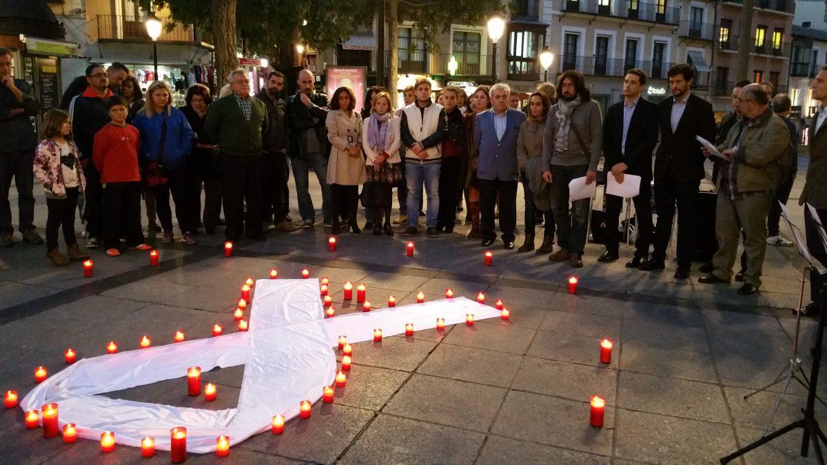 https://www.toledo.es/wp-content/uploads/2015/10/20151021_194826-1200x675.jpg. Miembros de la corporación municipal participan en la 5ª Rueda de Hombres contra la Violencia de Género convocada por AHIGE