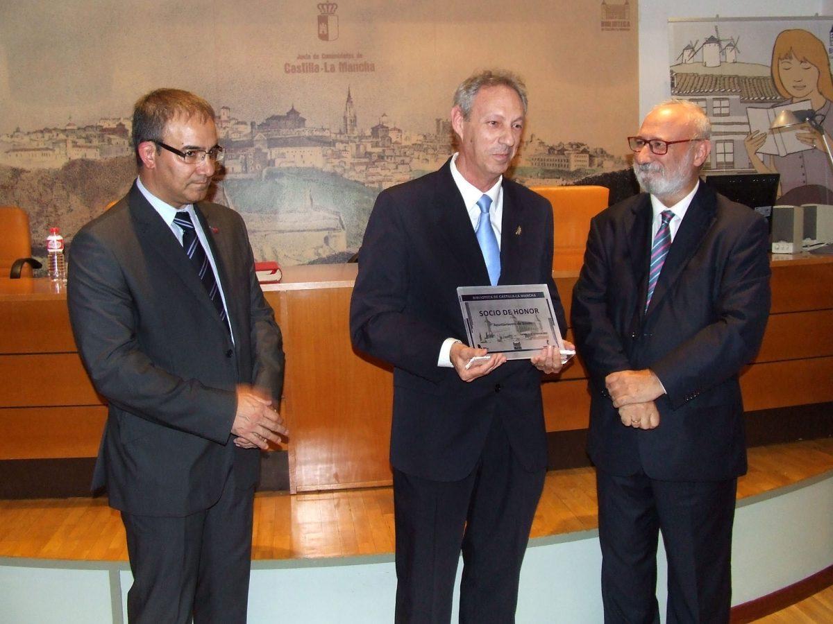 https://www.toledo.es/wp-content/uploads/2015/10/biblioteca01-1200x900.jpg. El Ayuntamiento recibe el título de Socio de Honor de la Biblioteca de Castilla-La Mancha en su XVII Aniversario