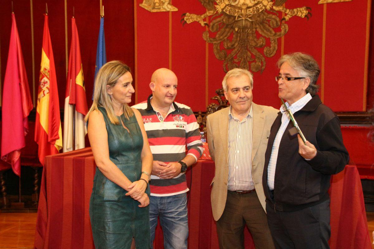 https://www.toledo.es/wp-content/uploads/2015/10/img_2793-1200x800.jpg. La alcaldesa entrega una placa y diploma a los voluntarios y el responsable de Protección Civil con motivo de su 25º aniversario