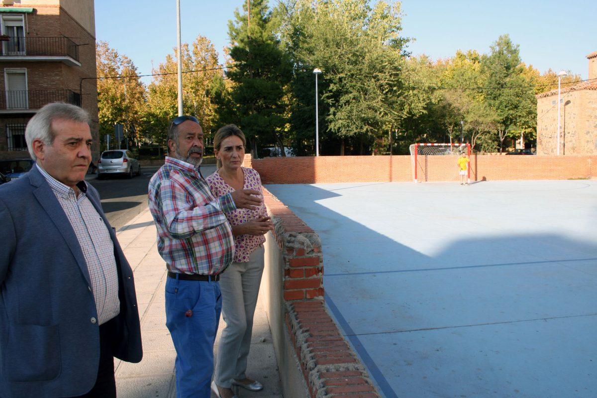 https://www.toledo.es/wp-content/uploads/2015/10/visita_palomarejos-1200x800.jpg. La alcaldesa de Toledo conoce de primera mano las demandas y necesidades del barrio de Palomarejos