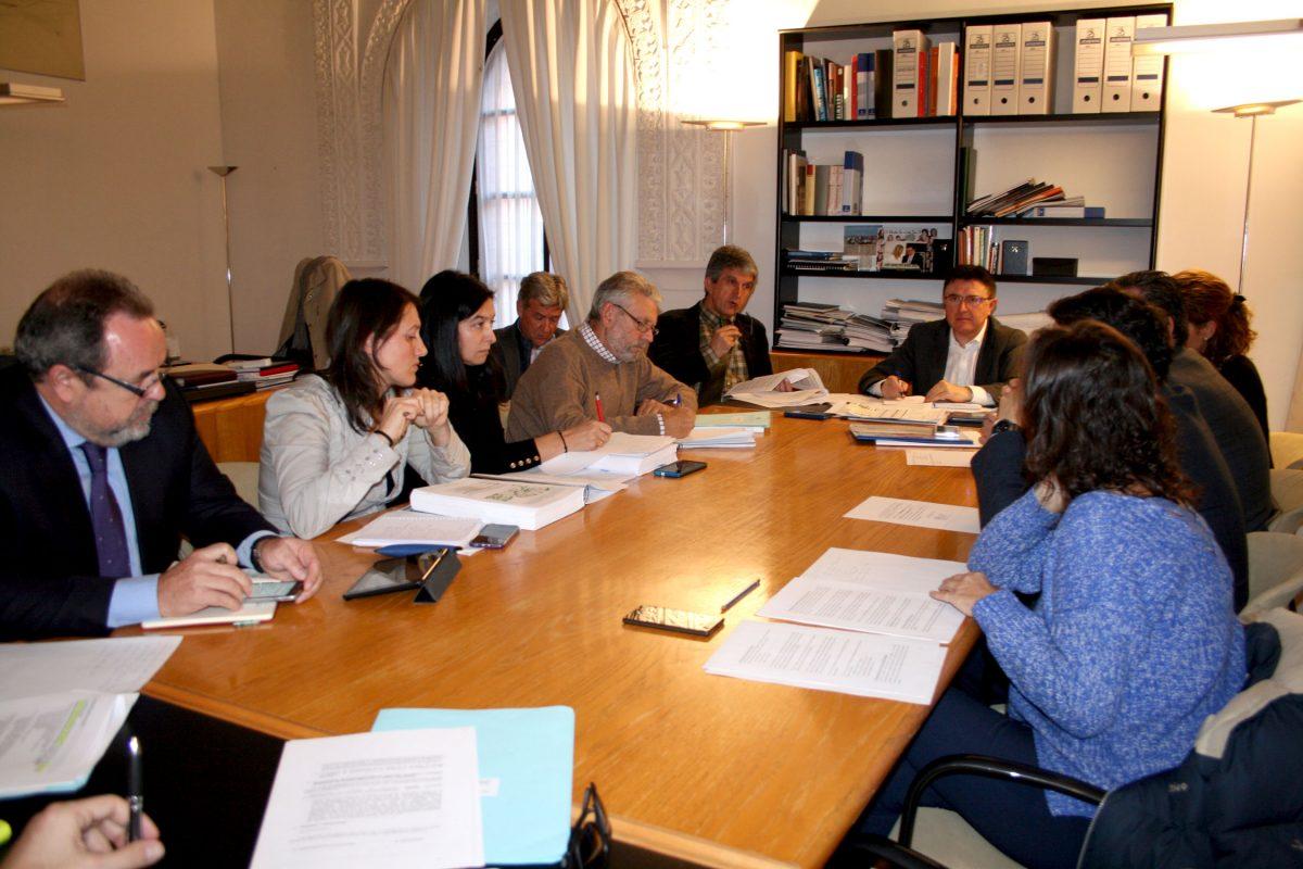 El equipo de Gobierno facilita a los grupos en la Comisión de Urbanismo los informes sobre el Plan de Ordenación Municipal