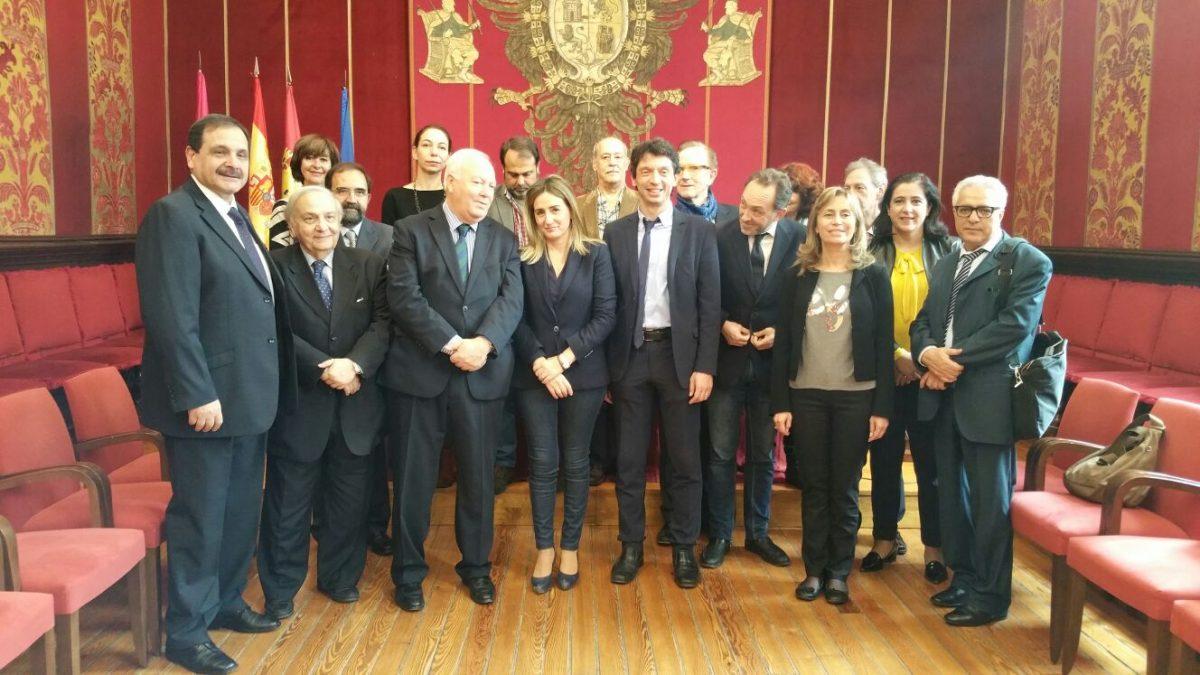 Tolón recibe al ex ministro Moratinos en una recepción previa a la entrega del I Premio Internacional Gerardo de Cremona