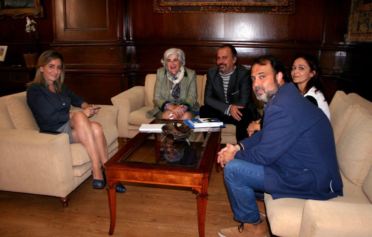 La alcaldesa se reúne con Movimiento por la Paz para conocer la evolución del proyecto intercultural en el Casco Histórico