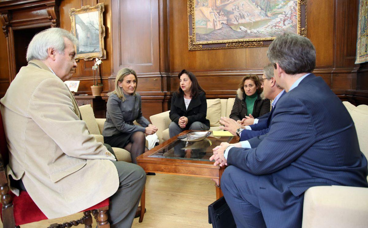 Milagros Tolón y el presidente de la Asociación de Transportistas de Viajeros de Toledo mantienen su primera reunión