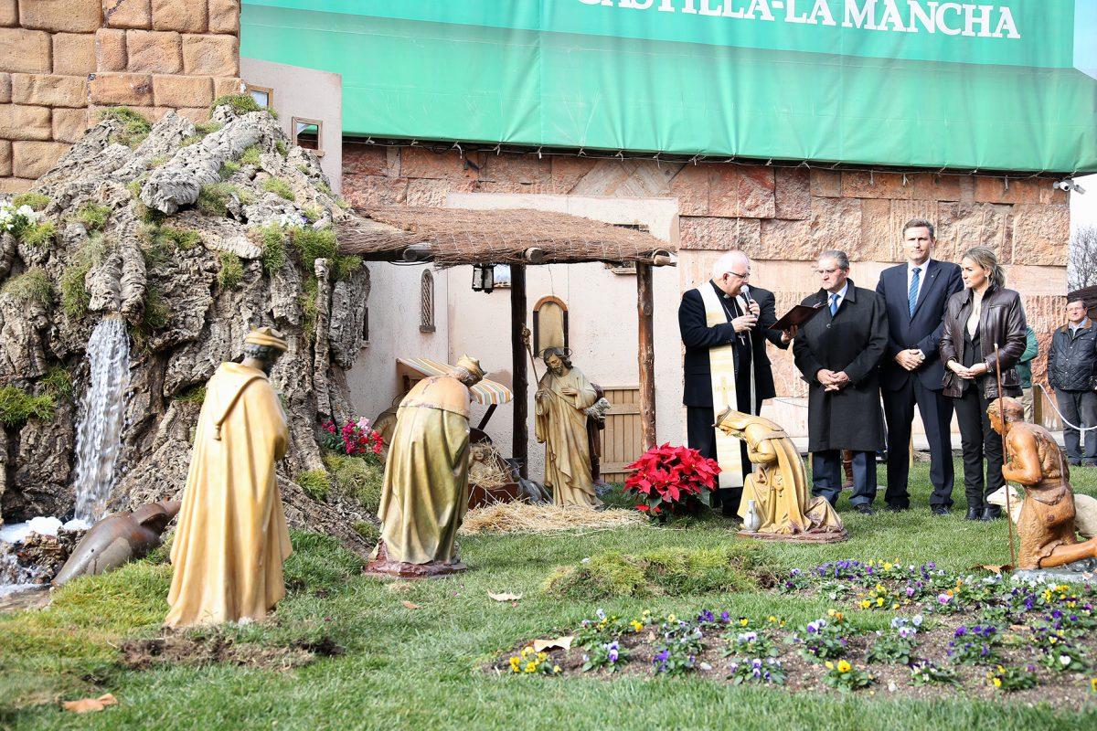 """http://www.toledo.es/wp-content/uploads/2015/12/756a0018-1200x800.jpg. La alcaldesa felicita a Caja Rural por un Belén que es """"un aliciente"""" en Navidad y que impulsa el comercio en la zona"""