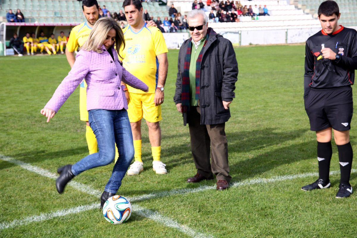 http://www.toledo.es/wp-content/uploads/2015/12/img-20151212-wa0018-1200x800.jpg. La alcaldesa realiza el saque de honor en el partido de fútbol benéfico organizado por Marsodeto y el Ayuntamiento de Toledo