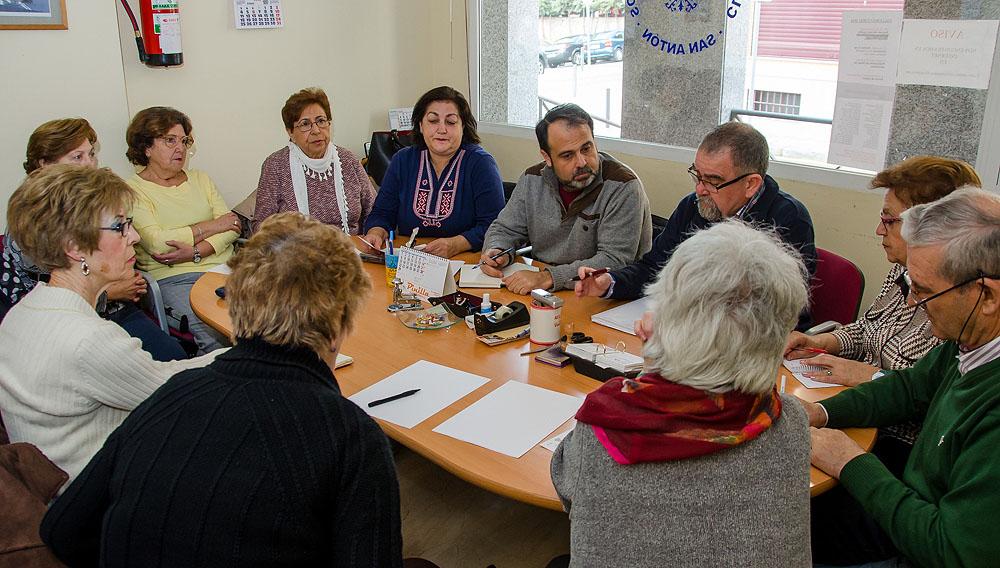 http://www.toledo.es/wp-content/uploads/2016/01/dsc_4114.jpg. El concejal de Servicios Sociales se reúne con los representantes del Centro de Mayores de San Antón