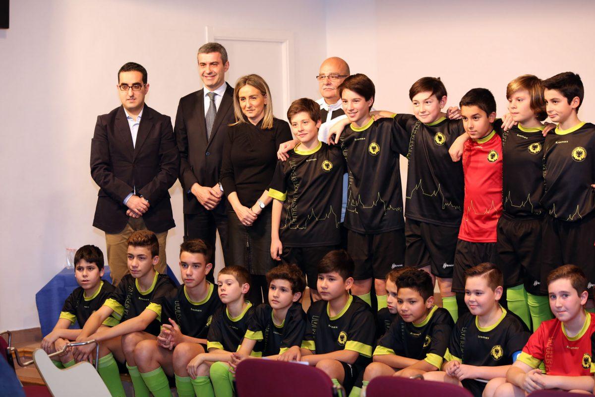 """http://www.toledo.es/wp-content/uploads/2016/01/imperial01-1200x800.jpg. La alcaldesa muestra su apoyo al recién creado """"Club Deportivo Futsal Imperial Toledo"""", que hoy ha presentado a sus equipos"""