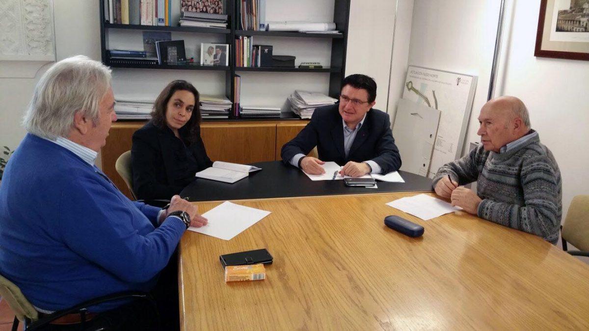 El equipo de Gobierno informa a los representantes vecinales de Santa Teresa de las actuaciones municipales en el barrio