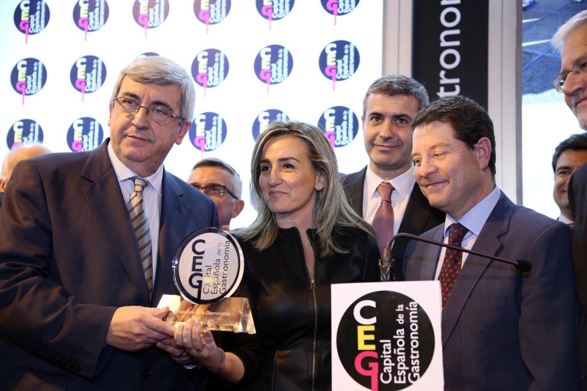 http://www.toledo.es/wp-content/uploads/2016/01/titulo_fitur02-1200x800.jpg. La alcaldesa recibe en la XXXVI Feria Internacional de Turismo el título de Toledo Capital Española de la Gastronomía 2016